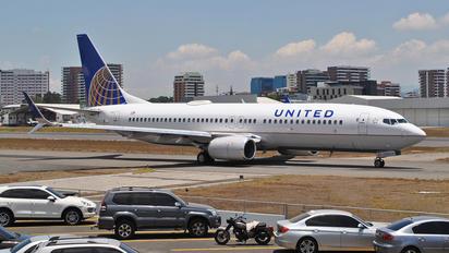 N17233 - United Airlines Boeing 737-800
