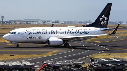 N13720 - United Airlines Boeing 737-700