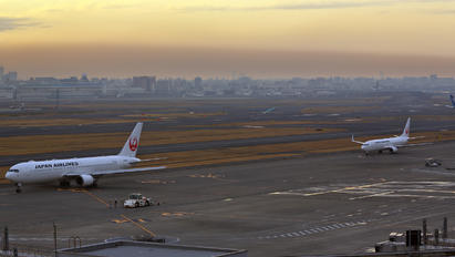 JA623J - JAL - Japan Airlines - Airport Overview - Runway, Taxiway