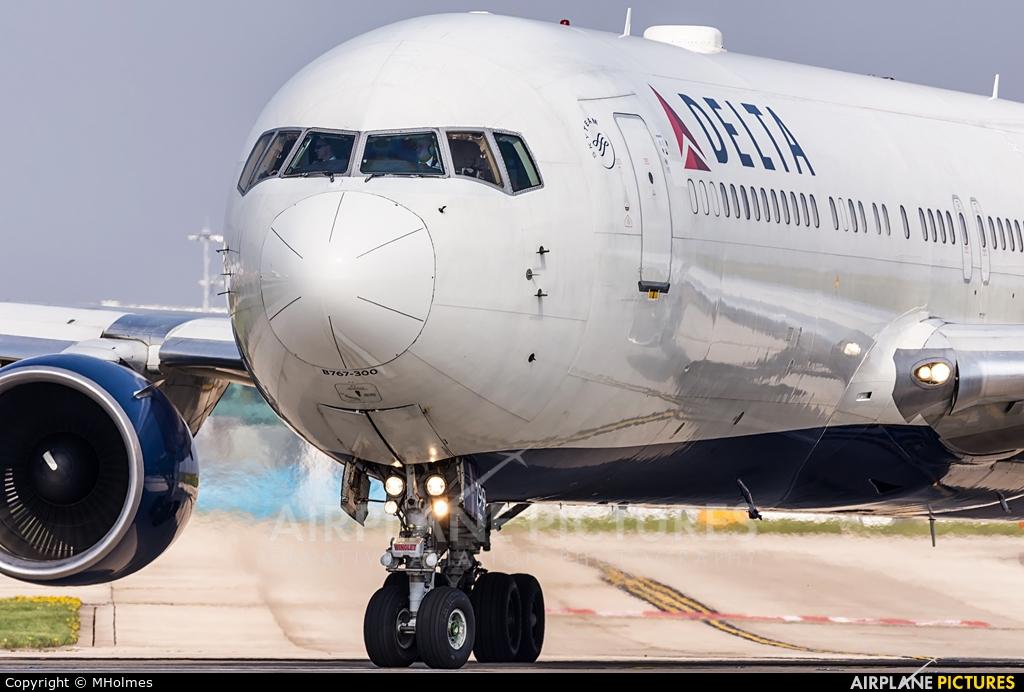 Delta Air Lines N199DN aircraft at Manchester