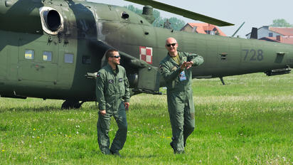 - - Poland - Army - Airport Overview - People, Pilot