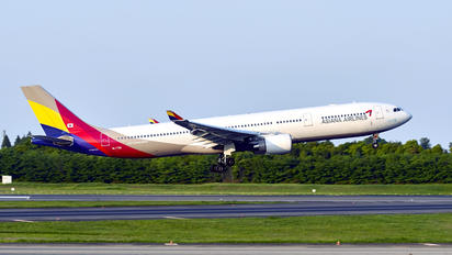 HL7792 - Asiana Airlines Airbus A330-300