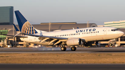 N12754 - United Airlines Boeing 737-700