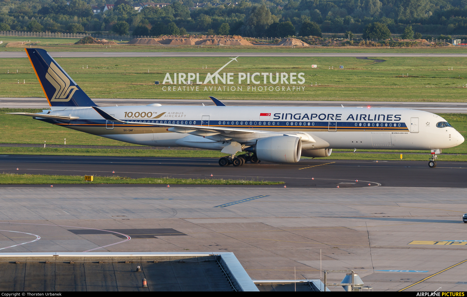 Singapore Airlines 9V-SMF aircraft at Düsseldorf
