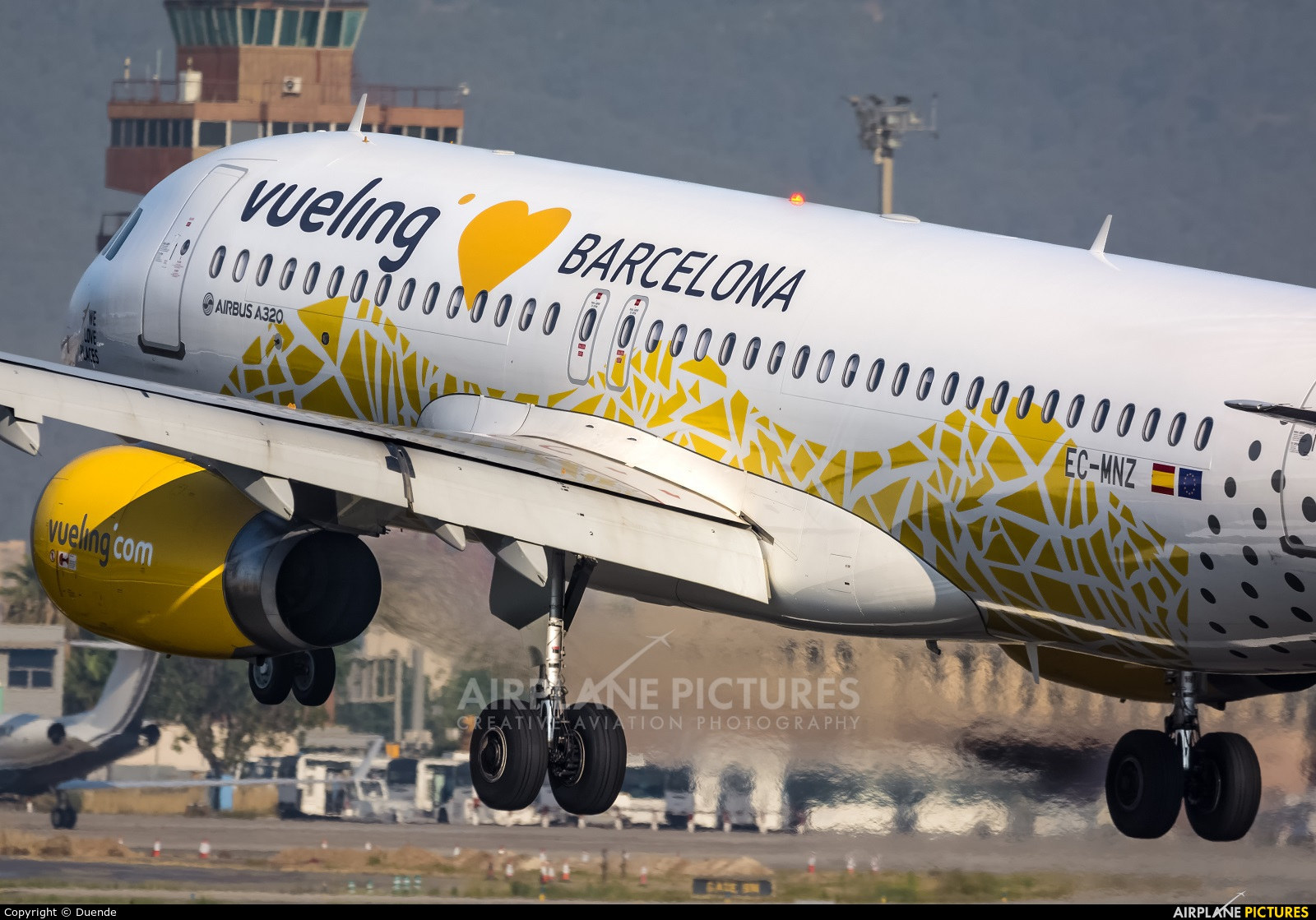 Ec mnz vueling airlines airbus a320 at barcelona el for Oficinas vueling barcelona