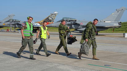 - - France - Air Force - Airport Overview - People, Pilot