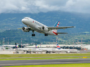 N702UW - American Airlines Airbus A319