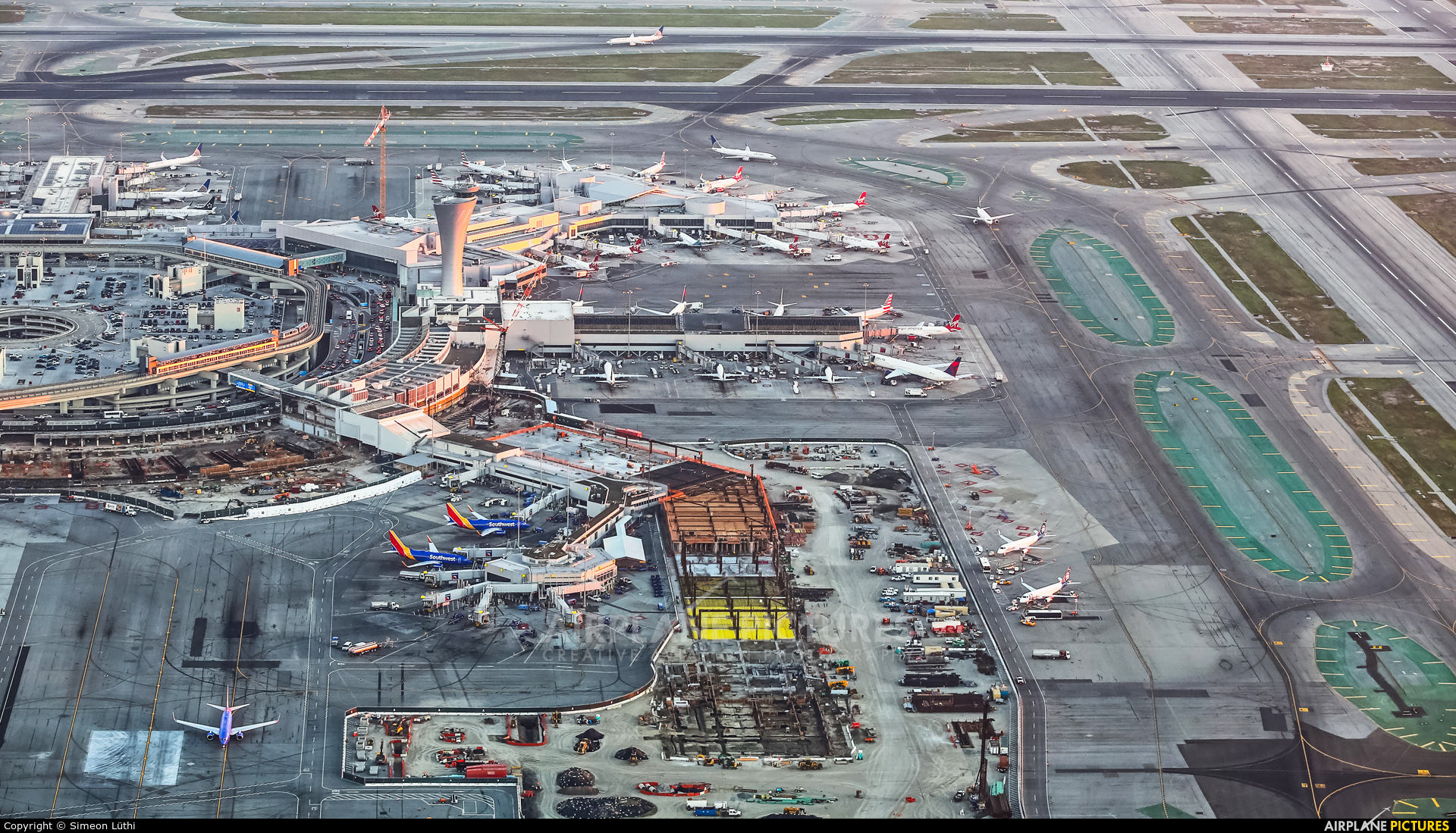 - Airport Overview - aircraft at San Francisco Intl
