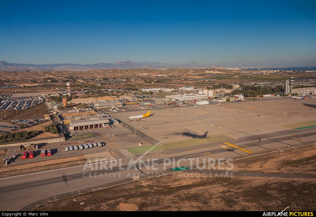 - Airport Overview - aircraft at Alicante - El Altet