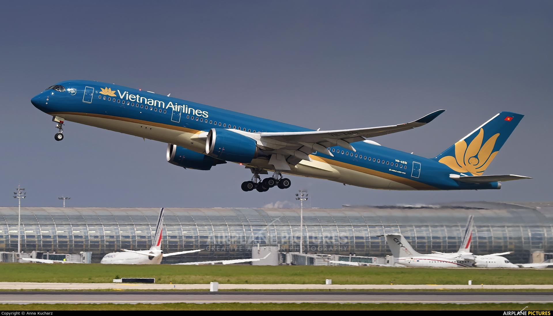 Vietnam Airlines VN-A891 aircraft at Paris - Charles de Gaulle