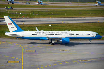 09-0016 - USA - Air Force Boeing C-32A