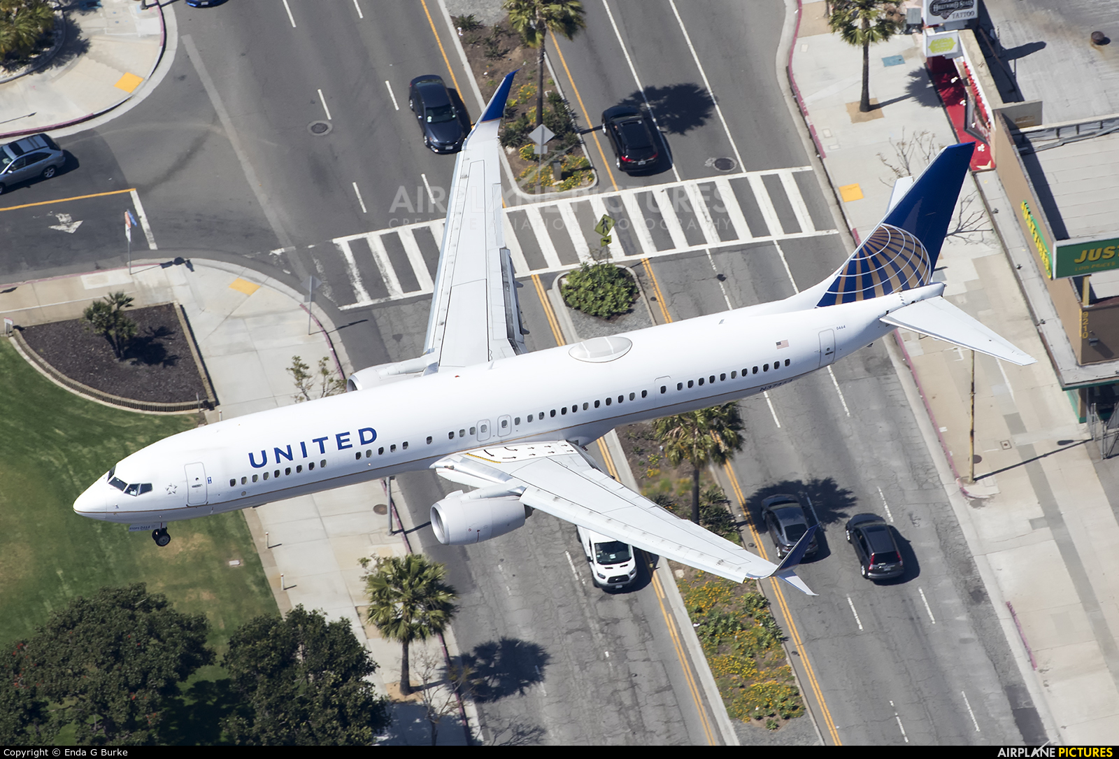 United Airlines N37464 aircraft at Los Angeles Intl