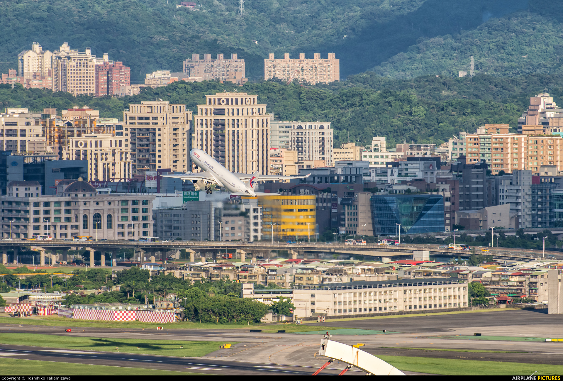 - Airport Overview B-6119 aircraft at Taipei - Sung Shan