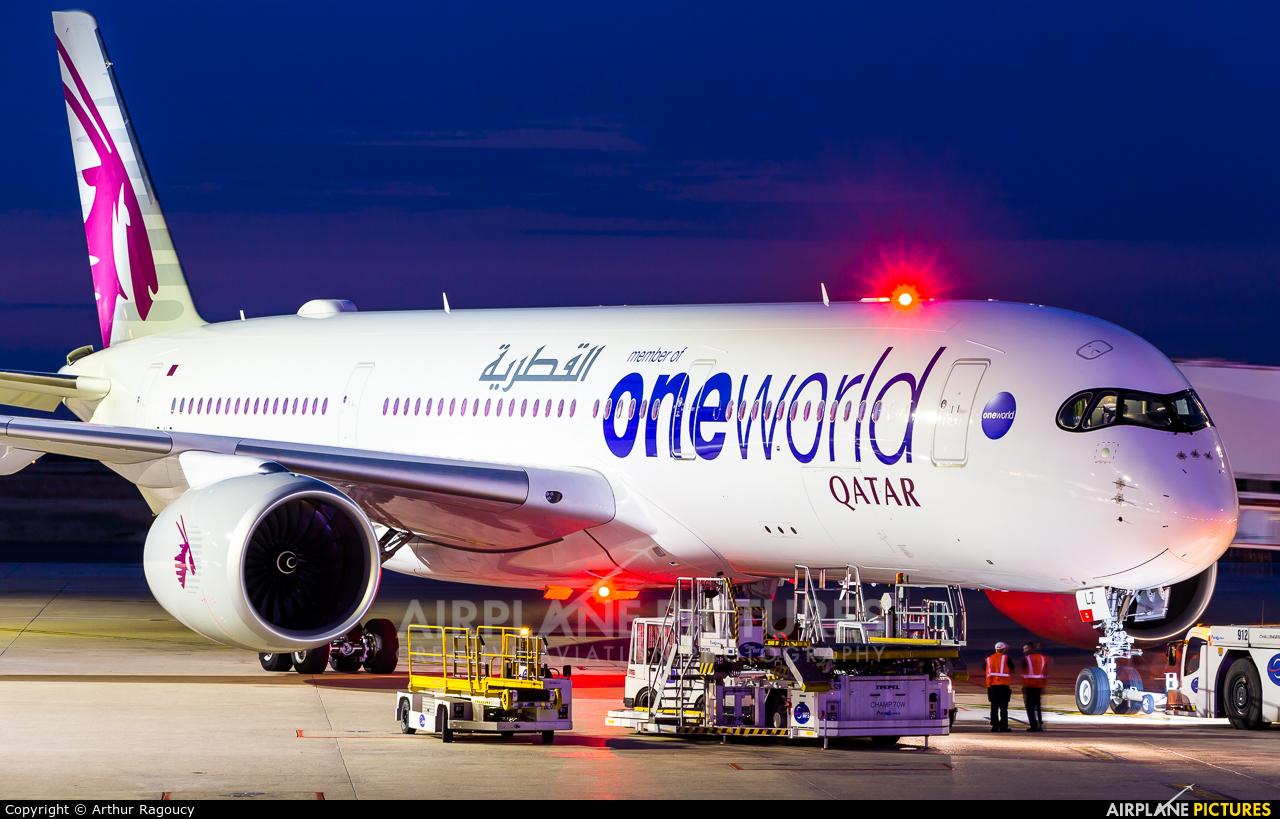 Qatar Airways A7-ALZ aircraft at Paris - Charles de Gaulle