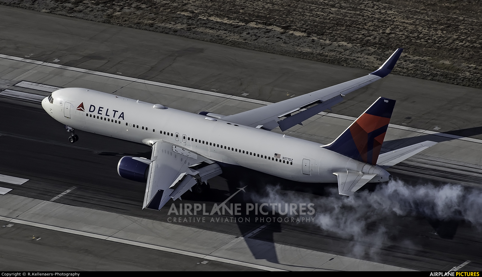 Delta Air Lines N177DZ aircraft at Los Angeles Intl