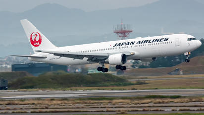 JA8975 - JAL - Japan Airlines Boeing 767-300