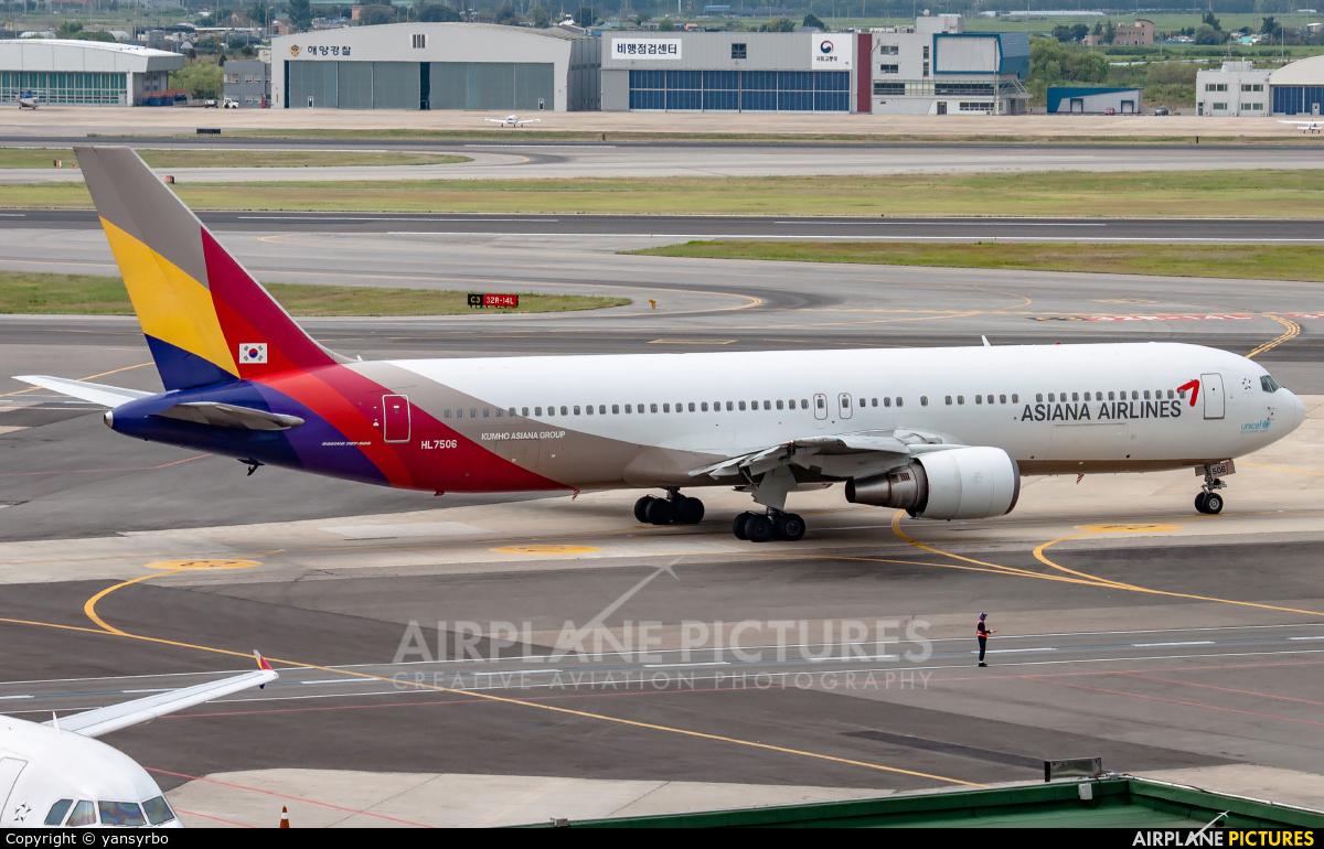 Asiana Airlines HL7506 aircraft at Gimpo Intl