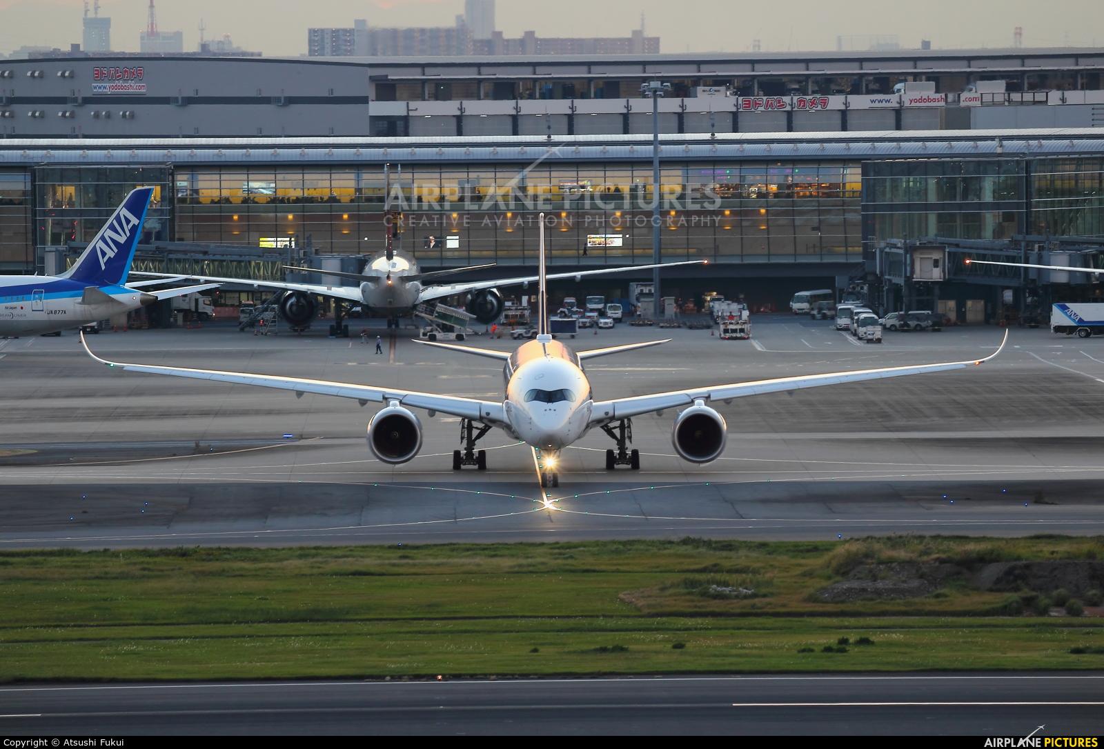 Singapore Airlines - aircraft at Tokyo - Haneda Intl