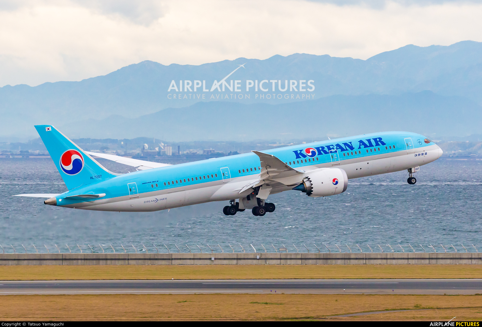 Korean Air HL7207 aircraft at Chubu Centrair Intl