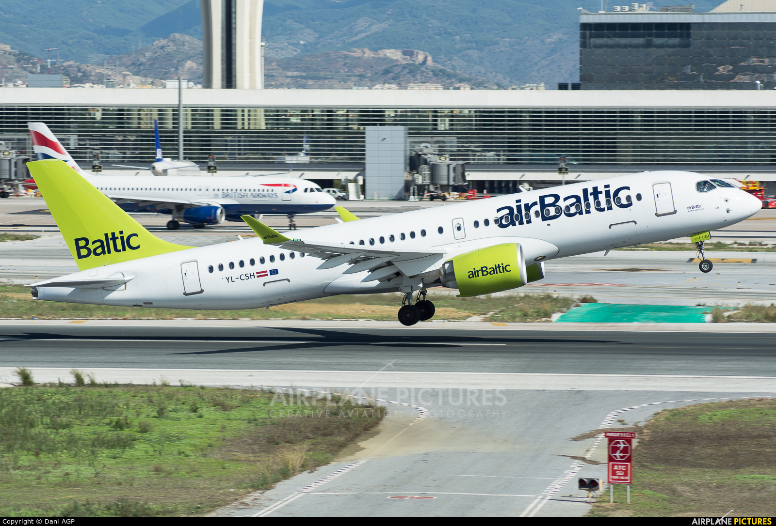Air Baltic YL-CSH aircraft at Málaga