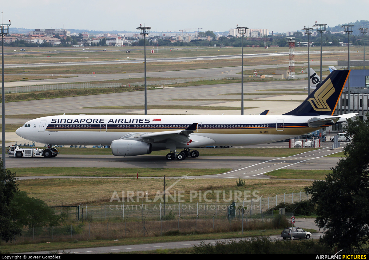 Singapore Airlines 9V-STW aircraft at Toulouse - Blagnac