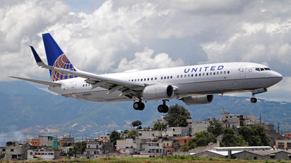 N76532 - United Airlines Boeing 737-800