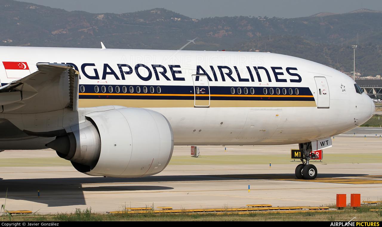 Singapore Airlines 9V-SWT aircraft at Barcelona - El Prat