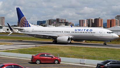 N35204 - United Airlines Boeing 737-800