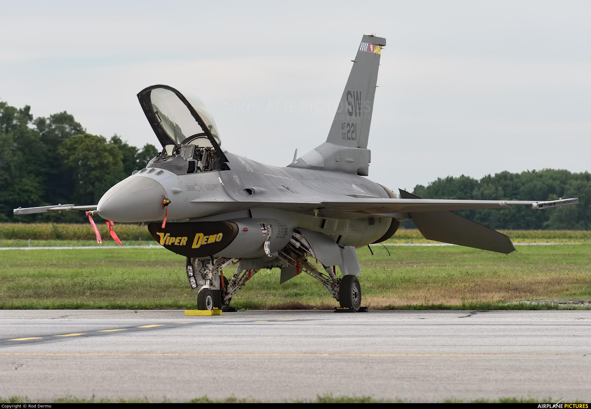 USA - Air Force 00-0221 aircraft at London  Intl, ON
