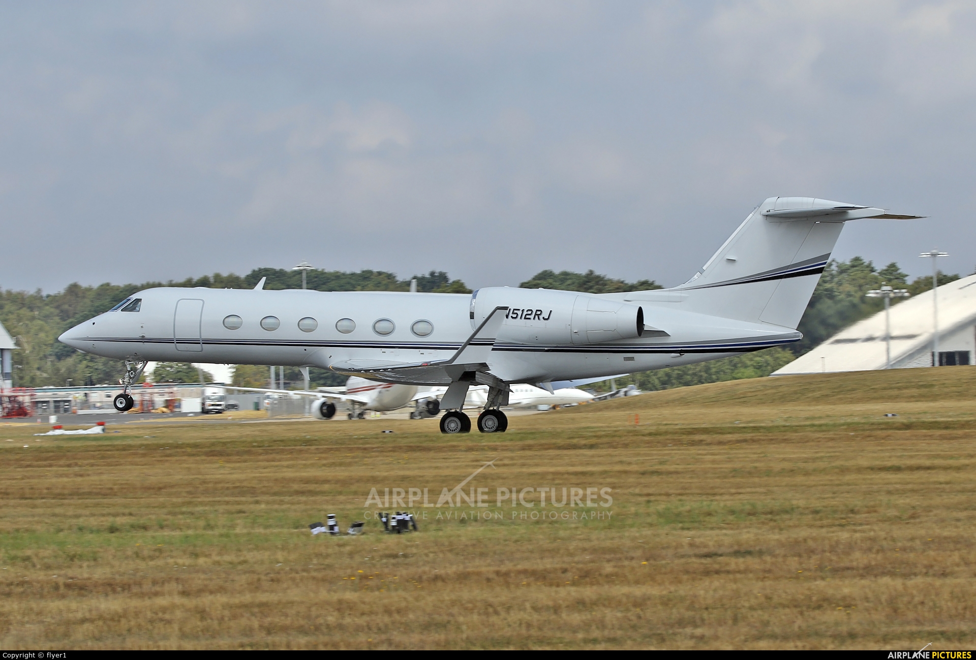 Private N512RJ aircraft at Farnborough