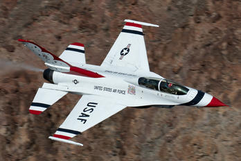 - - USA - Air Force : Thunderbirds General Dynamics F-16B Fighting Falcon