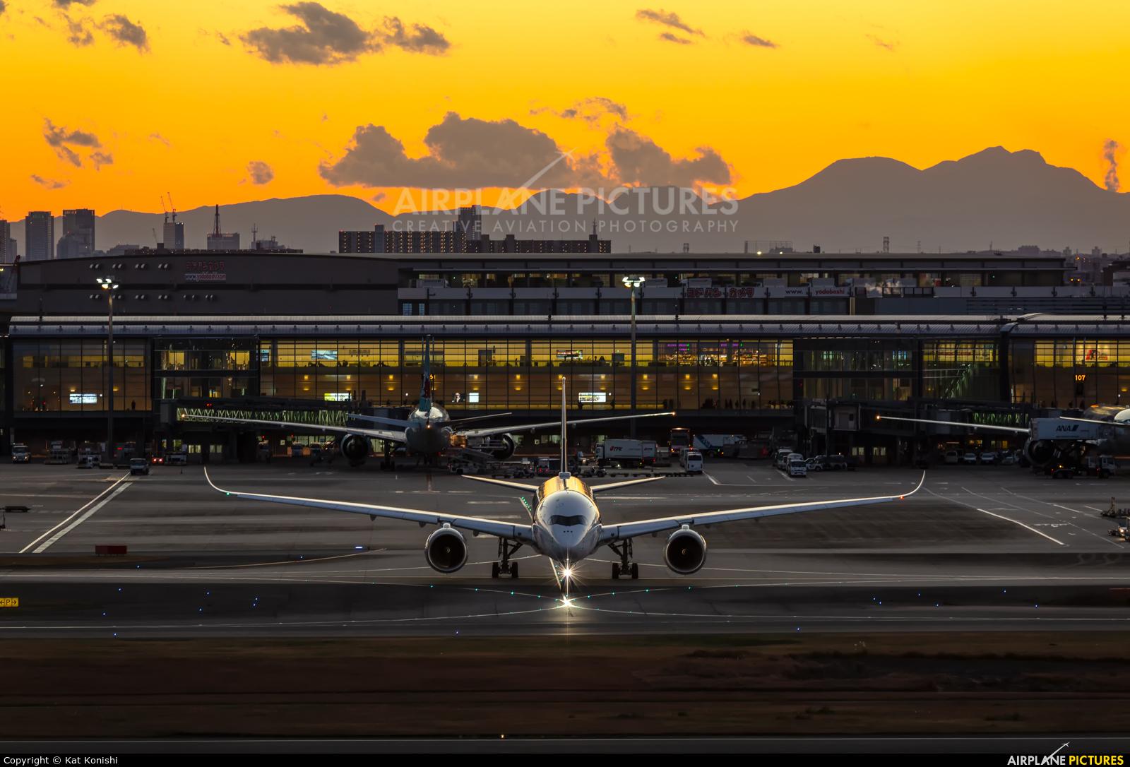 Singapore Airlines 9V-SMI aircraft at Tokyo - Haneda Intl