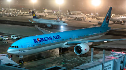 HL7203 - Korean Air Boeing 777-300