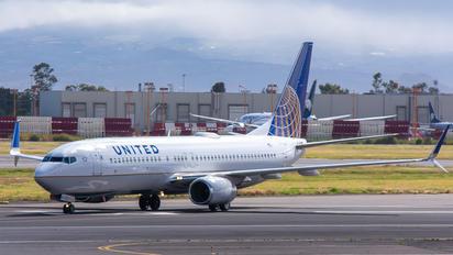 N24211 - United Airlines Boeing 737-800