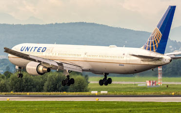 N76065 - United Airlines Boeing 767-400ER