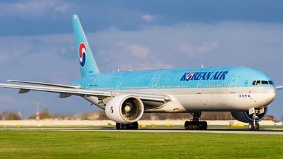 HL8210 - Korean Air Boeing 777-300ER