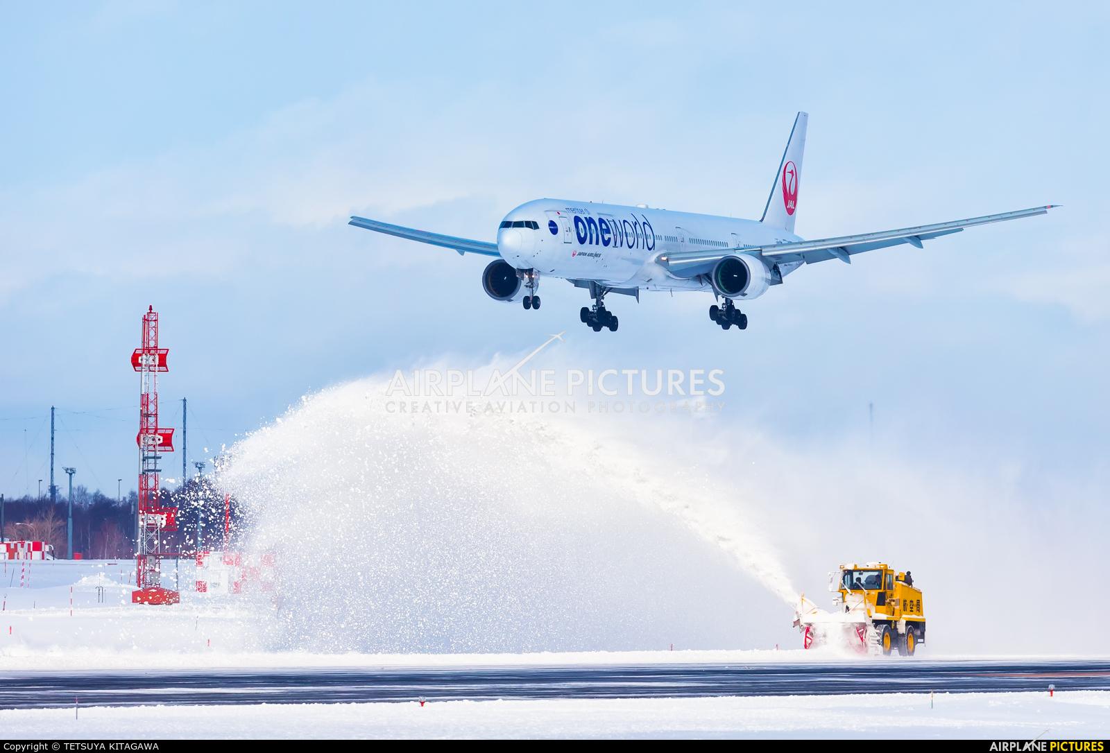 JAL - Japan Airlines JA752J aircraft at New Chitose