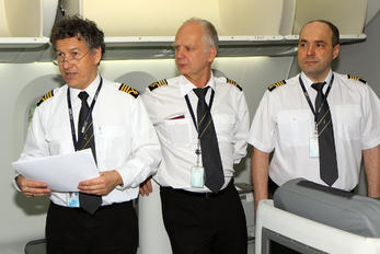 - - LOT - Polish Airlines - Airport Overview - People, Pilot