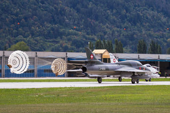 HB-RVR - Private Hawker Hunter T.68