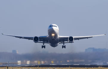 N669UA - United Airlines Boeing 767-300ER