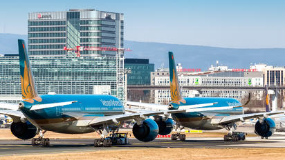 - - Vietnam Airlines - Airport Overview - Runway, Taxiway