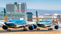 - - Vietnam Airlines - Airport Overview - Runway, Taxiway aircraft