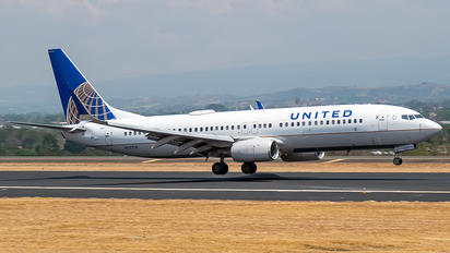 N12218 - United Airlines Boeing 737-800