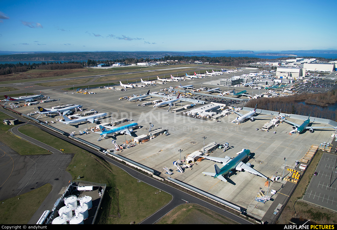 - Airport Overview - aircraft at Everett - Snohomish County / Paine Field