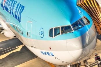 HL8042 - Korean Air Boeing 777-300ER