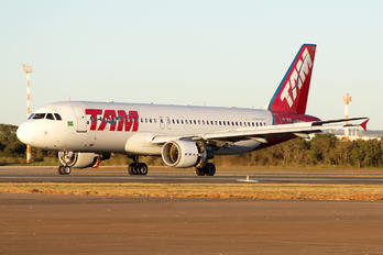 PR-MHK - TAM Airbus A320