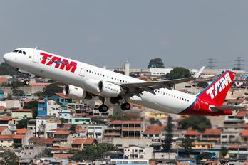 PT-XPN - TAM Airbus A321