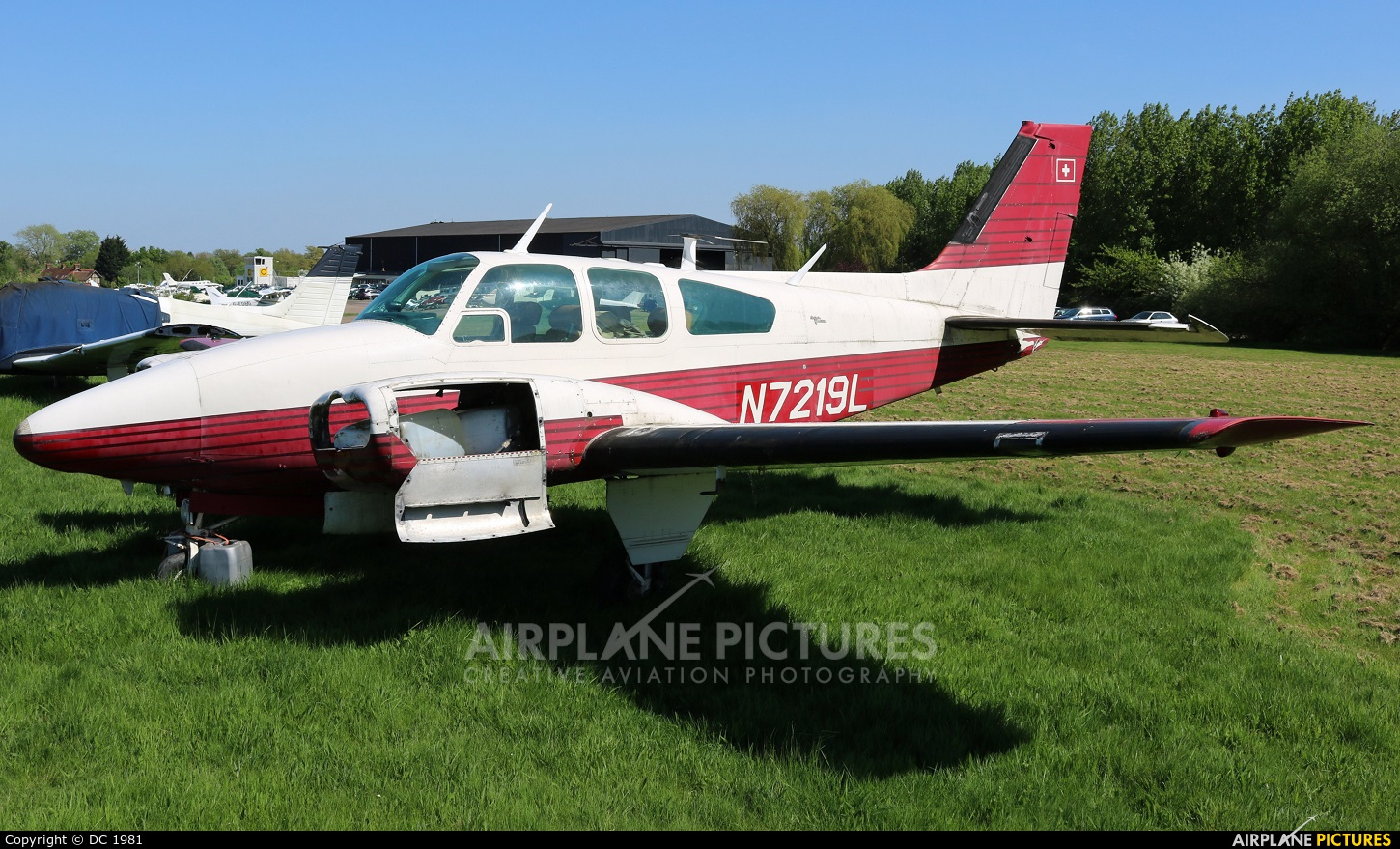 Private N7219L aircraft at Elstree