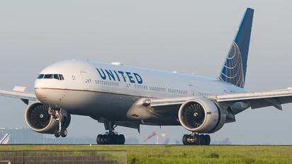 N77014 - United Airlines Boeing 777-200ER