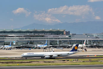 D-AIHW - Lufthansa - Airport Overview - Runway, Taxiway